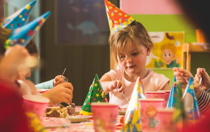 Kunterbunt und kindgerecht: Einladungen zum Kindergeburtstag einfachselbst gestalten