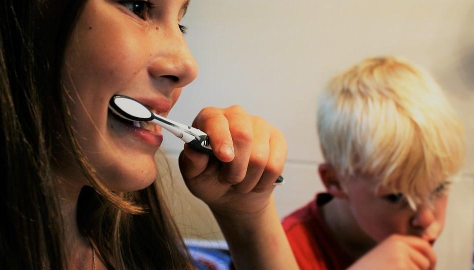 Wenn Kinder selbst putzen wollen: Fehler bei der Zahnpflege vermeiden