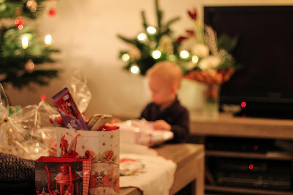 Schnuppern, fühlen, horchen – zu Weihnachten sicheres Spielzeug verschenken