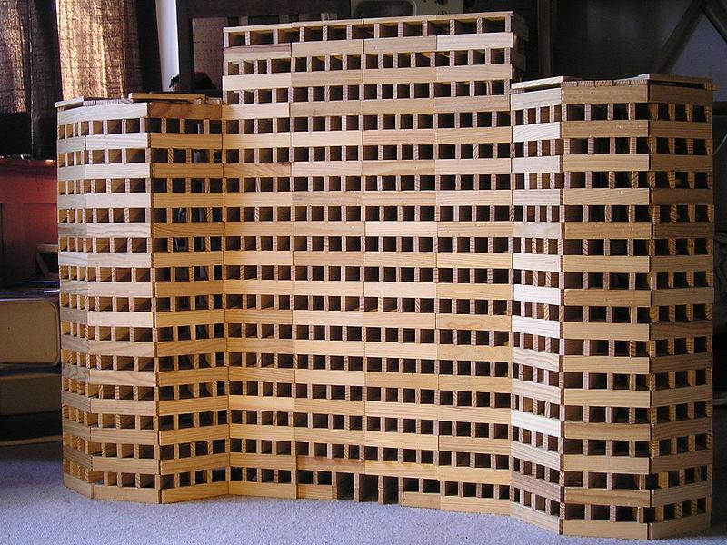 Bauwerk aus Kapla Holzbausteinen