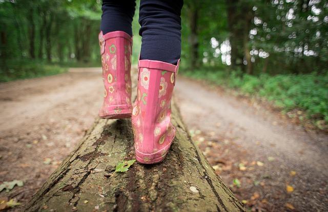 Abenteuerlich gestaltete Wanderungen bereiten Kindern mehr Freude.