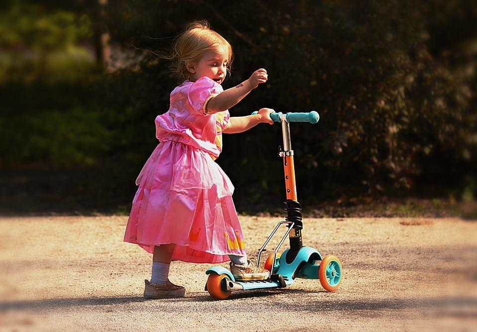 Mit dem ersten Roller fördern Eltern Motorik, Balance und Koordination