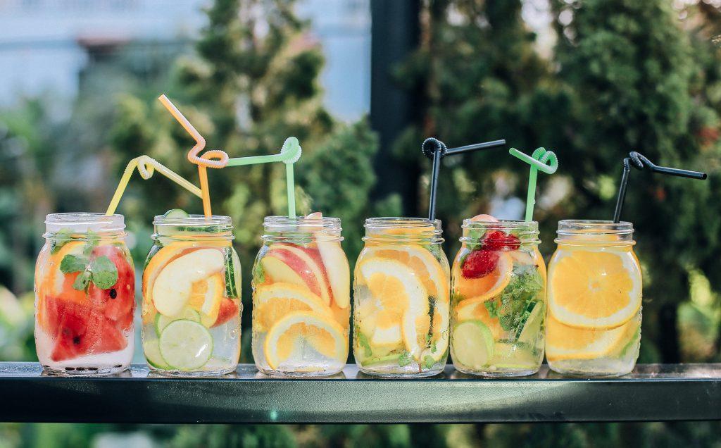 Leckere Früchte gehen auch als Saft für Kinder als köstliche Nascherei durch