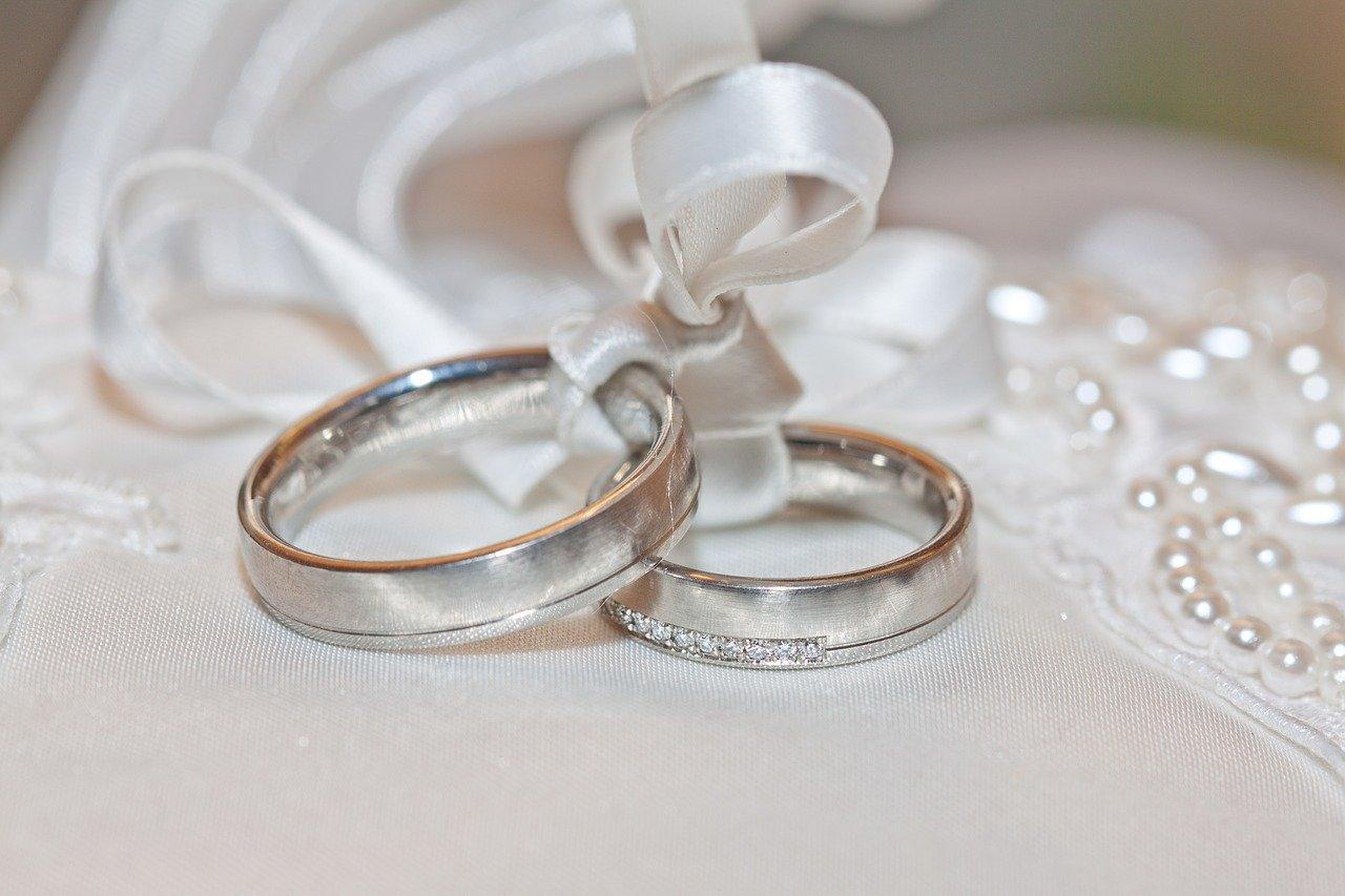 Angeschwollener Ringfinger in der Schwangerschaft - und was ist mit dem Ehering?
