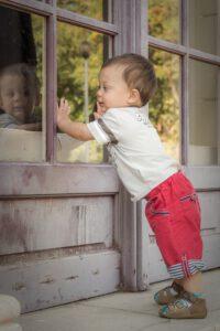 In einem Haushalt mit Kind müssen die Fenster gut gesichert sein.