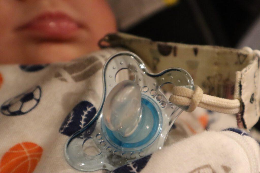 Auch Schnuller können in Sterilisatoren gereinigt werden. (Quelle: Zeesy Grossbaum on Unsplash)