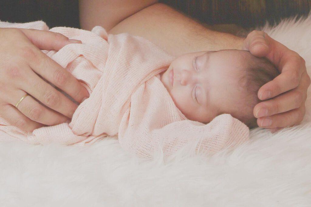 Abgeflachter Hinterkopf bei Säuglingen: Eltern können gegensteuern - Bild von AntoniaRusev auf Pixabay