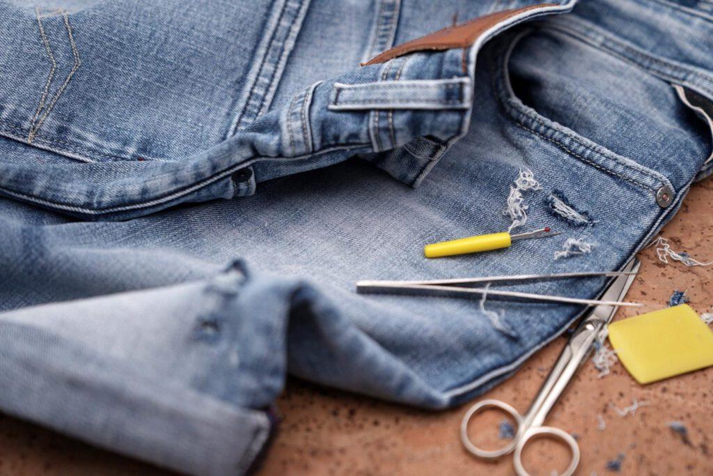 Wer Kleidung repariert oder ändert, setzt ein Zeichen gegen Wegwerfmode.